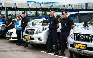 Ολλανδοί συνοριοφύλακες στον μεθοριακό σταθμό Καπετάν Αντρέεβο, όπου έγιναν χθες τα εγκαίνια της Ευρωπαϊκής Συνοριοφυλακής, σώματος που θα αντικαταστήσει τον Frontex. Στόχος είναι τους επόμενους μήνες το νέο αυτό σώμα να έχει στη διάθεσή του 1.500 συνοριοφύλακες, οι οποίοι θα μπορούν αμέσως να βρεθούν σε όποιο εξωτερικό σύνορο της Ε.Ε. παρουσιαστεί ανάγκη.