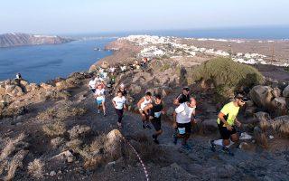 Εντυπωσιακή στιγμή από το πέρασμα των συμμετεχόντων του τρεξίματος στο Santorini Experience 2016. (by Vangelis Patsialos)