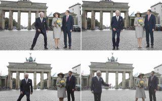 Καβουράκι. Το χατίρι των φωτογράφων έκανε ο βασιλιάς Carl της Σουηδίας και μετακινήθηκε στο κάδρο, κάνοντας νόημα και στην βασίλισσα Silvia να τον ακολουθήσει, έτσι ώστε να φαίνεται η Πύλη του Βραδεμβούργου. Το βασιλικό ζευγάρι βρίσκεται σε επίσημη επίσκεψη στην Γερμανία όπου θα συναντήσει και την καγκελάριο Merkel. Έτερος στο κάδρο ο δήμαρχος του Βερολίνου  Michael Muelle.  REUTERS/Fabrizio Bensch