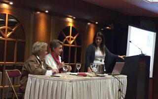 Από αριστερά: η παιδίατρος-αναπτυξιολόγος Σταυρούλα Παπαδάκου, πρόεδρος της Eλληνικής Εταιρείας Εφηβικής Ιατρικής, στο κέντρο: η ομότιμος καθηγήτρια της Παιδιατρικής ΕΚΠΑ, Χρύσα Μπακούλα και στο βήμα η καθηγήτρια της Παιδιατρικής και Διευθύντρια της Γ΄ Παιδιατρικής Κλινικής του Πανεπιστημίου Αθηνών Γ.Ν.Α. «Αττικόν» Βασιλική Παπαευαγγέλου.