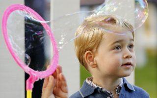 Μιας και το έφερε η κουβέντα. Στον Καναδά βρέθηκε η Βρετανική πριγκιπική οικογένεια με τα δυο παιδιά της να κλέβουν καρδιές και εντυπώσεις. Όσο για αυτή την φωτογραφία του μικρού George δίπλα στις φούσκες, δεν μπορείς παρά να παρατηρήσεις πόσο μοιάζει στην γιαγιά του την Ελισάβετ. REUTERS/Chris Wattie