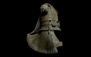Χάλκινο άγαλμα θωρακοφόρου έφιππου ανδριάντα από τη θάλασσα νοτίως της Καλύμνου. Ο δερμάτινος θώρακας του ιππέα έχει διακοσμητικά σχήματα στο κάτω μέρος και φέρει ρόδακα στον οποίο στερεωνόταν ο ιμάντας της επωμίδας. Στη μέση είναι ζωσμένος με διπλό ζωστήρα διακοσμημένο με ρόμβους. Αυτοί οι ζωστήρες ήταν ένδειξη του αξιώματος του εικονιζόμενου. Με ιδιαίτερη φροντίδα ανοίγουν στο κάτω μέρος του θώρακα οι δερμάτινες πτέρυγες για να προσαρμοστούν στο σώμα του αλόγου. 2ος αι.π.Χ. Εφορεία Εναλίων Αρχαιοτήτων 2006/1.