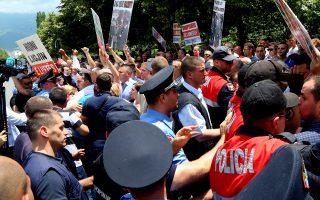 Οπαδοί του κόμματος PDIU διαμαρτύρονται για την επίσκεψη του Ελληνα υπουργού Εξωτερικών Νίκου Κοτζιά στην Αλβανία.