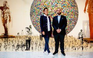 Ο Ερρίκος Αρώνες και η Μαρία Παπαθανασίου-Αρώνες φωτογραφίζονται στο ατελιέ του Zadok Ben David, μπροστά από το γλυπτό του The Other Side of Midnight, που συμβολίζει τον κύκλο της ζωής. Το ζευγάρι άρχισε να αγοράζει έργα πριν απο 10 χρόνια. «Μια συλλογή απαιτεί χρόνο και μελέτη. Οσο δίνεις στην τέχνη τόσο σου δίνει. Και η τέχνη είναι σαν τη μουσική: ή την αγαπάς ή δεν την αγαπάς».