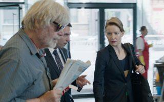 O Π. Σιμόνιτσεκ  (ως Γουίνφριντ Κονράντι) και η Σάντρα Χίλερ στο «Τoni Erdmann».