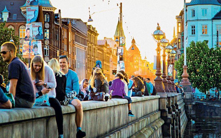 Τα όμορφα απογεύματα η νεολαία της πόλης χαλαρώνει και ερωτεύεται στη γέφυρα Dronning Louises Bro. (Φωτογραφία: Lasse Leth Thomsen)