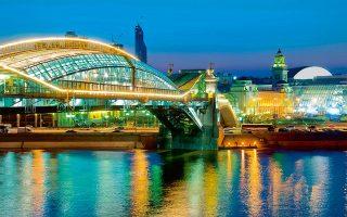 Eκατοντάδες Μοσχοβίτες και τουρίστες διασχίζουν καθημερινά την πεζογέφυρα Bogdan Khmelnitsky, απολαμβάνοντας τη θέα στον ποταμό Μόσχοβα.(Φωτογραφία Visual Hellas.GR)