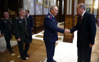 Ο Ερντογάν με τους αρχηγούς των ενόπλων δυνάμεων δύο εβδομάδες μετά το πραξικόπημα. Στο πλαίσιο της υποβάθμισης του ρόλου τους, όλες οι μεγάλες στρατιωτικές μονάδες θα μετακινηθούν έξω από την Αγκυρα και την Κωνσταντινούπολη.