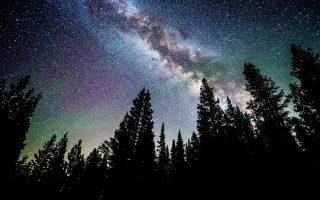Σπείρα του Γαλαξία μας όπως διακρίνεται από τη λίμνη Τακόε της Νεβάδα στην Αμερική.