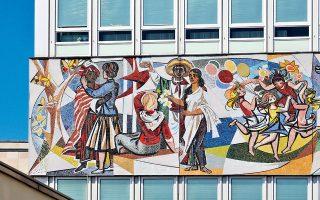 Μία από τις διασημότερες τοιχογραφίες της Alexanderplatz είναι το έργο «Η ζωή μας» του Walter W omacka, που «αγκαλιάζει» περιμετρικά το κτίριο Haus des Lehrers. (Φωτογραφία: Getty Images/Ideal Image)