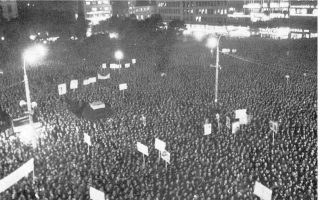 19.2.1965. Στη συγκέντρωση που διοργάνωσε η ΕΡΕ στην πλατεία Κλαυθμώνος, ο Παναγιώτης Κανελλόπουλος κάλεσε δημόσια τους βουλευτές της Ενωσης Κέντρου να συμβάλουν στην ανατροπή της κυβέρνησης του Γ. Παπανδρέου, γεγονός που επιδείνωσε την ήδη δηλητηριώδη πολιτική ατμόσφαιρα.