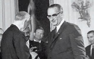 Ο Λίντον Τζόνσον ορκίζεται 36ος πρόεδρος των ΗΠΑ. Στην προεκλογική του εκστρατεία παρουσιάστηκε ως ο συνεχιστής του Φράνκλιν Ρούζβελτ και του New Deal, υποσχόμενος νέες κοινωνικές μεταρρυθμίσεις.