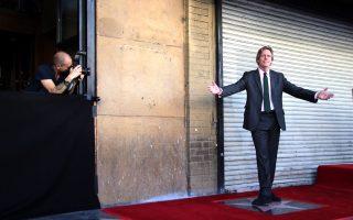 Δίπλα στο αστέρι του στη Λεωφόρο της Δόξας του Χόλιγουντ ποζάρει ο Χιου Λόρι.