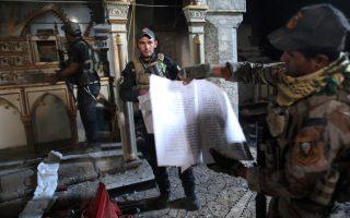 Στη φωτογραφία, Ιρακινοί των ειδικών δυνάμεων περιεργάζονται κατεστραμμένα λειτουργικά βιβλία σε χριστιανική εκκλησία στην απελευθερωμένη Μπαρτέλα, ανατολικά της Μοσούλης.