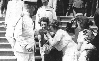 Οι πιστοί εκδηλώνουν τη λατρεία τους για τον χαρισματικό ηγέτη φιλώντας του το χέρι. Εδώ, φιλούν το χέρι του βασιλέα Κωνσταντίνου Α΄. Το ίδιο συνέβαινε και με τον Ελευθέριο Βενιζέλο.