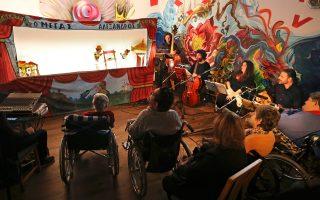 Ο Καραγκιόζης στο Ασυλο Ανιάτων με τους μουσικούς (Θ. Κίτσο, Ι. Ιωάννου, Δ. Τίγκα) να αλλάζουν από μπαρόκ σε παραδοσιακή μουσική.
