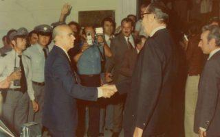 Ο Κωνσταντίνος Καραμανλής κατά την διάρκεια των εγκαινίων στη Ρηγίλλης , το 1975. Τον υποδέχεται ο διευθυντής του κόμματος, Τιμολέων Λούης