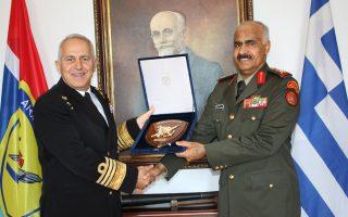 Ο αρχηγός ΓΕΕΘΑ με τον ομόλογό του του Κουβέιτ. Τέτοια χαρά για κάτι τόσο ασήμαντο;