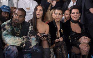 Η Κιμ Καρντάσιαν (δεύτερη από δεξιά) παρακολουθεί την Εβδομάδα Μόδας στο Παρίσι με το σύζυγό της Κένι Γουεστ, την αδερφή και τη μητέρα της.