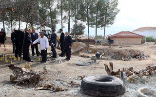 Φωτογραφία από την επίσκεψη του υπουργού Εξωτερικών της Ελλάδας Νίκου Κοτζιά στον Τύμβο Μακεδονίτισσας στη Λευκωσία τον Οκτώβριο του 2015.