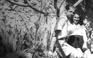 Η ιστορία του κοσμοπολίτη συγγραφέα Πέτρου Κουλμάση (1914-2003) και της Νέλλης Ανδρικοπούλου (1921-2014), σημαντικής εκπροσώπου της «γενιάς του Ματαρόα» και μεταφράστριας του «Μονόδρομου» του Βάλτερ Μπένγιαμιν, είναι κάτι πολύ παραπάνω από ένα ντοκιμαντέρ εις μνήμην του πατέρα.