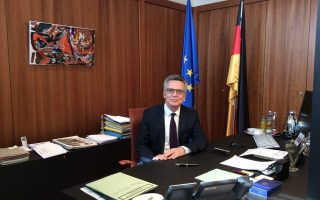 «Εχω ήδη διαβεβαιώσει τους Ελληνες και τους Ιταλούς συναδέλφους μου ότι η Γερμανία είναι έτοιμη να φιλοξενήσει μέχρι 500 άτομα και από τις δύο χώρες ανά μήνα», τονίζει στην «Κ» ο υπουργός Εσωτερικών της Γερμανίας, Τόμας ντε Μεζιέρ.