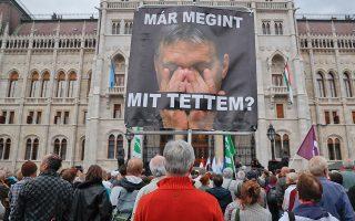 «Τι έκανα πάλι» γράφει το πανό που φέρει τη φωτογραφία του Ούγγρου πρωθυπουργού, Βίκτορ Όρμπαν κατά τη διάρκεια διαδήλωσης ενάντια στη μεταναστευτική του πολιτική.