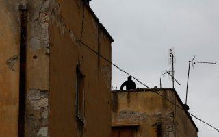 Η ένταση συνεχίζεται με αντιεξουσιαστές να έχουν ανεβεί σε ταράτσες κτιρίων και να πετούν πέτρες.