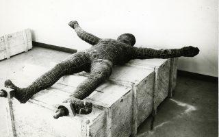 Ο Ποσειδώνας του Αρτεμισίου τυλιγμένος με πισσόχαρτο για να προστατευθεί προτού θαφτεί.