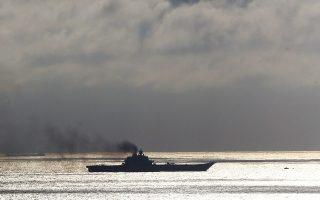 Το ρωσικό αεροπλανοφόρο «Ναύαρχος Κουζνετσόφ» περνάει τα Στενά του Ντόβερ, ανοιχτά των αγγλικών ακτών, με προορισμό την Ανατολική Μεσόγειο.