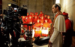 Ο Τζουντ Λο επιθυμούσε διακαώς εδώ και χρόνια να σταθεί μπροστά στην κάμερα του Πάολο Σορεντίνο. Στον ρόλο του νεαρού Πάπα καταθέτει μια στιβαρή, συναρπαστική ερμηνεία.