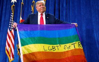 Ο Ντόναλντ Τραμπ κρατά μία σημαία στα χρώματα του ουράνιου τόξου που δηλώνει την υποστήριξη του LGBT κινήματος του Κολοράντο στον υποψήφιο.