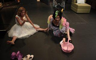 Μαρία Κατσανδρή (αριστερά) και Μίνα Αδαμάκη, σε μια γερή παρτίδα πινγκ πονγκ στο θέατρο «Αγγέλων Βήμα».