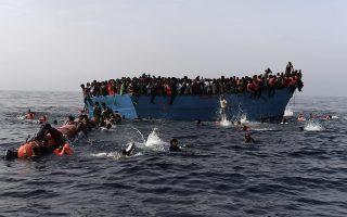 Οι πρόσφυγες στο ταξίδι της νέας ζωής σε υπερφορτωμένες βάρκες. Καθώς περίμεναν με αγωνία να έλθει η βοήθεια, κάποιοι βουτούσαν στο νερό, αλλά ακόμη και φορώντας σωσίβιο δυσκολεύονταν να φθάσουν στα καράβια της σωτηρίας.
