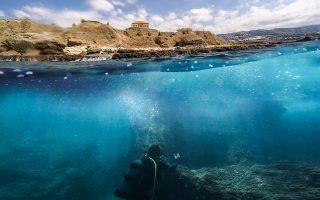 Δύτης εξετάζει τους γεωλογικούς σχηματισμούς στην παράκτια περιοχή της Βύβλου, στο πλαίσιο της αποστολής για τον εντοπισμό του αρχαίου λιμανιού.