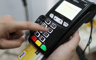 Το σχέδιο για τις ηλεκτρονικές πληρωμές προβλέπει λοταρίες και επιπλέον έκπτωση φόρου (πέραν του αφορολόγητου ορίου) για τους φορολογουμένους, αλλά και για τις επιχειρήσεις που κάνουν χρήση πιστωτικών ή χρεωστικών καρτών.