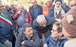 Ο Ιταλός πρωθυπουργός Ματέο Ρέντσι συναντήθηκε με σεισμόπληκτους στο Πρέτσι της Περούτζια, καθώς ο Εγκέλαδος δεν σταμάτησε ούτε χθες να στοιχειώνει την κεντρική Ιταλία. Ο Ρέντσι έφτασε στην περιοχή με τρεις βασικές υποσχέσεις: εισοδηματική στήριξη των σεισμοπλήκτων, δημιουργία δομών φιλοξενίας στις πληγείσες περιοχές –όχι μακριά απ' αυτές– και ανάδειξη των τοπικών προϊόντων. Σύμφωνα με στοιχεία των δορυφόρων, η περιοχή που παραμορφώθηκε εξαιτίας του σεισμού της περασμένης Κυριακής, μεγέθους 6,5 βαθμών Ρίχτερ, φτάνει τα 130 τετραγωνικά χιλιόμετρα, ενώ ρήγμα πλάτους 70 εκατοστών άνοιξε στην περιοχή Καστελούτσο.