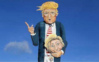 Ανδριάντας του Τραμπ, που κρατάει το κεφάλι της Χίλαρι, από Βρετανούς εικαστικούς.