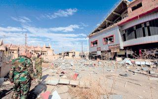 Ιρακινοί στρατιώτες αντιμέτωποι με την καταστροφή που προξένησαν οι τζιχαντιστές πριν φύγουν από την Καρακός.