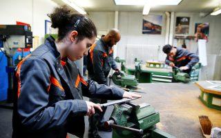 Πρόσφυγες από την Ερυθραία και τη Συρία εκπαιδεύονται ως εργάτες μεταλλουργίας στη Γερμανία.