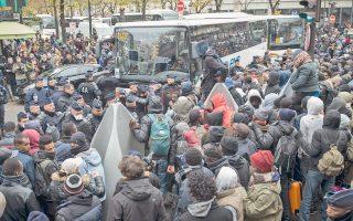 Σε λεωφορεία της αστυνομίας οδηγήθηκαν οι μετανάστες που είχαν κατασκηνώσει στο 19ο δημοτικό διαμέρισμα της γαλλικής πρωτεύουσας, προκειμένου να μεταχθούν σε χώρους φιλοξενίας.