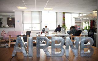 Η Airbnb, η αξία της οποίας αποτιμάται σε 30 δισ. δολάρια, έχει ισχυρή παρουσία στην Ελλάδα. Πέρυσι, 15.500 οικοδεσπότες νοίκιασαν τα ακίνητά τους μέσω της πλατφόρμας της, προσθέτοντας κατά μέσον όρο 2.900 ευρώ στο ετήσιο εισόδημά τους.