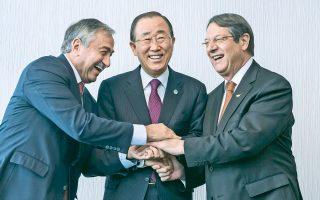 Aρχισαν χθες στο Μον Πελεράν της Ελβετίας οι συνομιλίες ανάμεσα στον Πρόεδρο της Κυπριακής Δημοκρατίας Νίκο Αναστασιάδη (δεξιά) και τον Τουρκοκύπριο ηγέτη Μουσταφά Ακιντζί (αριστερά), υπό την αιγίδα του γενικού γραμματέα του ΟΗΕ Μπαν Κι Μουν, ο οποίος ζήτησε από τις δύο πλευρές να ασχοληθούν επί της ουσίας με τις υφιστάμενες διαφορές και να καταλήξουν σε αποτελέσματα που θα δεσμεύουν και τις εγγυήτριες δυνάμεις. Οι συνομιλίες ανάμεσα στους κ. Αναστασιάδη και Ακιντζί, οι οποίοι συνοδεύονται από τους τεχνοκράτες ειδικούς για το εδαφικό, θα ολοκληρωθούν την ερχόμενη Παρασκευή 11 Νοεμβρίου.