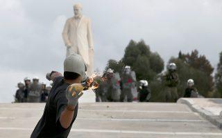 Πολύωρη αναταραχή προκάλεσαν στην Αθήνα επεισόδια κατά τη διάρκεια μαθητικού συλλαλητηρίου. Ομάδες κουκουλοφόρων επιτέθηκαν με βόμβες μολότοφ σε διμοιρίες των ΜΑΤ έξω από τη Βουλή, προκάλεσαν φθορές σε στάσεις λεωφορείων και φανάρια στην Πανεπιστημίου και κατέληξαν στο Πολυτεχνείο, όπου έβαλαν φωτιές σε κάδους απορριμμάτων και επιδόθηκαν σε κλεφτοπόλεμο με τους αστυνομικούς πετώντας πέτρες και μολότοφ. Η κυκλοφορία των αυτοκινήτων στην Πατησίων αποκαταστάθηκε ύστερα από 4 ώρες.