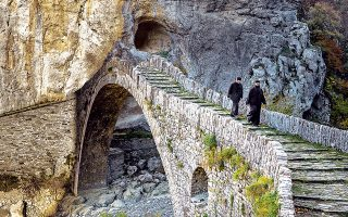 Το γεφύρι του Νούτσου ή Κόκκορου (1750) διασχίζει τον Βίκο, ανάμεσα στα χωριά Κουκούλι, Δίλοφο και Κήποι. (Φωτογραφία: ΓΙΑΝΝΗΣ ΛΑΡΙΟΣ)