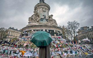 Οι Παριζιάνοι αποτίουν φόρο τιμής στα θύματα των τρομοκρατικών επιθέσεων στην πόλη τους πριν από ένα χρόνο ακριβώς, τέτοιες ημέρες.