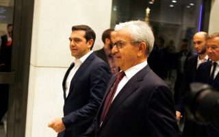 Σε χαιρετισμό που απηύθυνε στην εκδήλωση της Ενωσης Ελλήνων Εφοπλιστών για τον εορτασμό των 100 ετών από την ίδρυσή της, ο πρωθυπουργός Αλ. Τσίπρας κάλεσε τους Ελληνες εφοπλιστές να επενδύσουν στη χώρα. Στη φωτογραφία, με τον πρόεδρο της ΕΕΕ Θ. Βενιάμη.