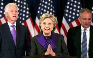Η Κλίντον φόρεσε μοβ, σε μια συμβολική ανάμειξη των χρωμάτων των δύο κομμάτων.