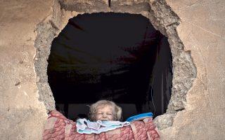 Κορίτσι στο Ιράκ κοιτάει έξω από το παράθυρό της σε καταυλισμό για εκτοπισμένους κατοίκους της Μοσούλης.