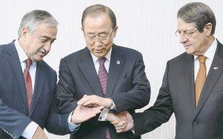 Σύντομες ήταν και οι τελευταίες συναντήσεις Αναστασιάδη - Ακιντζί, με εκείνη της Τετάρτης να μην ξεπερνάει τη μισή ώρα. Στη φωτογραφία, ο Κύπριος πρόεδρος, ο ηγέτης των Τουρκοκυπρίων και ο γ.γ. του ΟΗΕ Μπαν Κι Μουν.